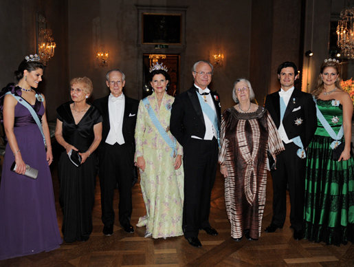 From left to right: Crown Princess Victoria, Mrs Dolores Williamson, Laureate Oliver E. Williamson, Her Majesty Queen Silvia, His Majesty King Carl XVI Gustaf of Sweden, Laureate Elinor Ostrom, Prince Carl Philip, and Princess Madeleine at the Nobel Banquet. Copyright © The Nobel Foundation 2009 Photo: Orasisfoto