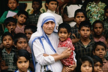 TIM GRAHAM / GETTY IMAGES Mother Teresa accompanied by children at her mission in Calcutta, Dec. 5, 1980.