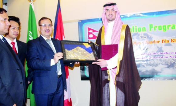 TOP ACHIEVER: Nepalese Ambassador Udaya Raj Pandey presents a memento to Prince Bandar bin Khalid bin Fahd in Riyadh. (AN photo)